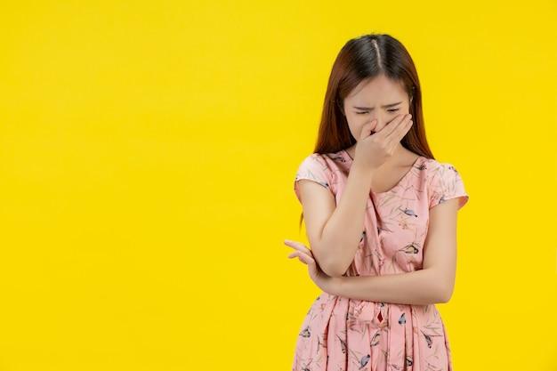 悲しい女。女性は彼女の顔に手を閉じた