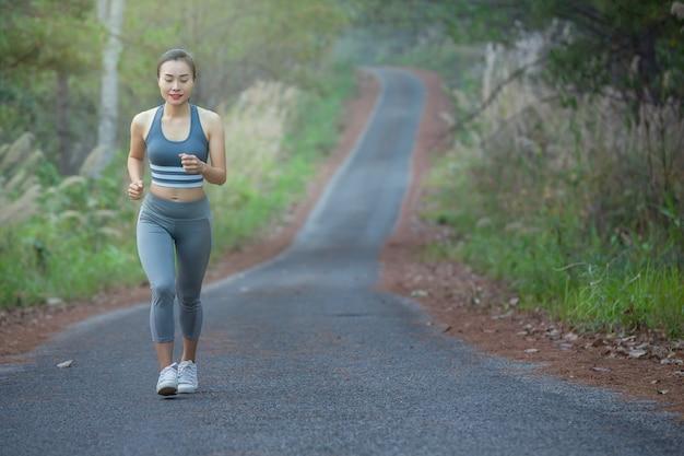 公園で走っているスポーツウェアの女性