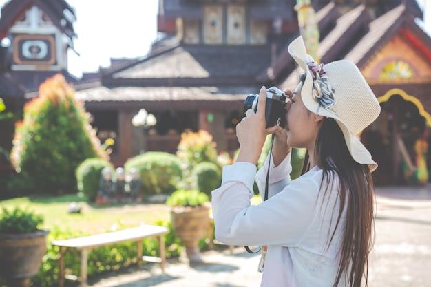 休日、旧市街の写真を撮る女性