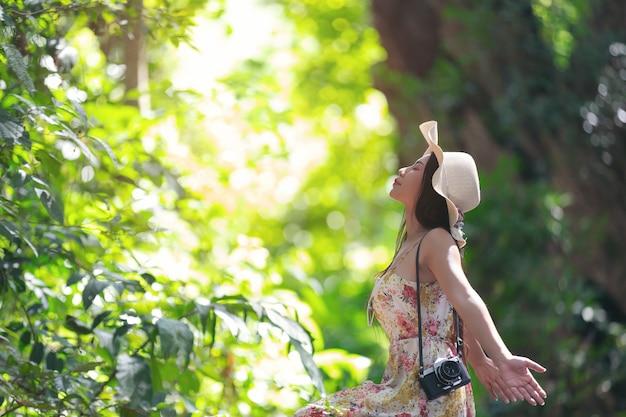 公園の幸せの美しいアジアの女性