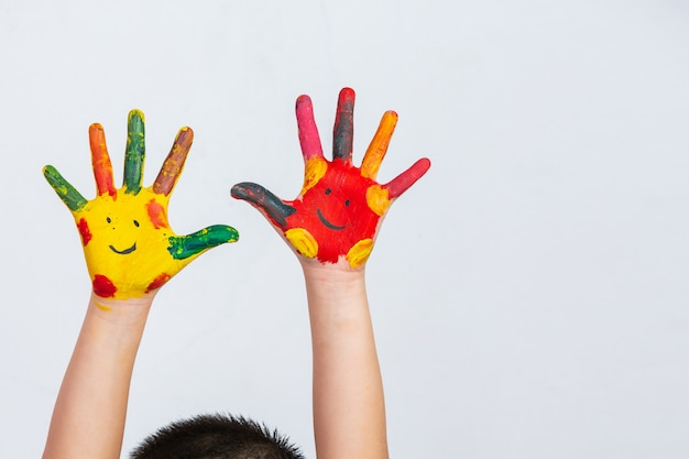 塗った子供の手