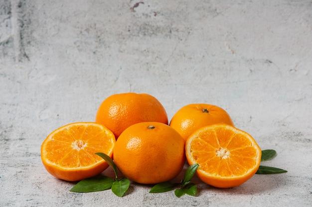 白い背景の上にカット新鮮なオレンジ