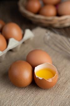 Яйца на полу из конопляных мешков