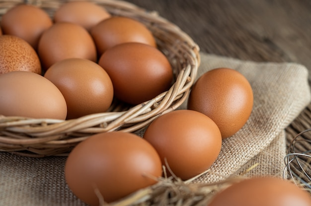 袋に卵、木製に麻、わら