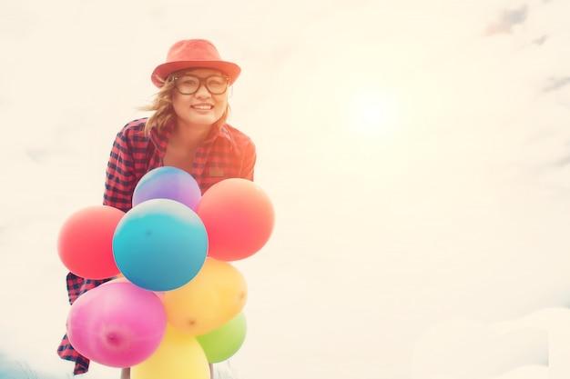 風船で幸せな女の子