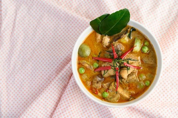 Острая курица, обжаренная с тайским баклажаном.