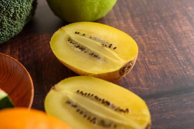木製のテーブルにハーフカットの黄色のキウイ。