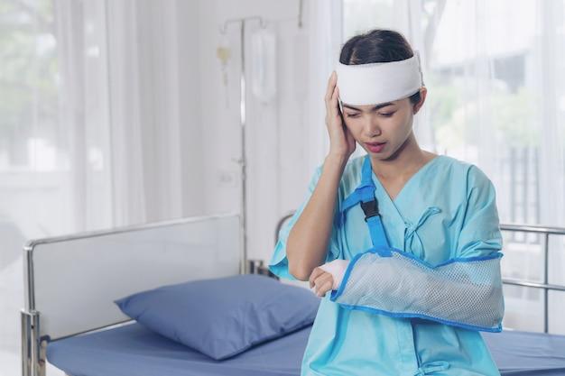 Одинокая авария пациентов травмы головная боль женщина в больнице - медицинская концепция