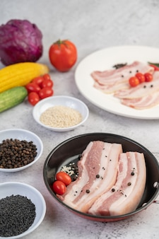 コショウの種とトマトとスパイスの鍋に豚バラ肉