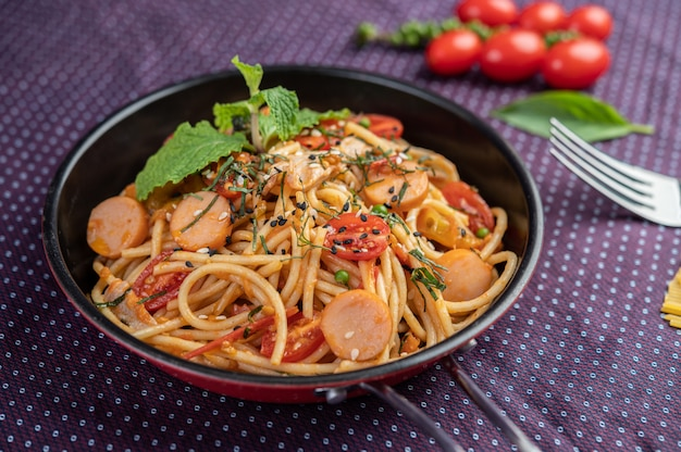 Острые спагетти в сковороде.