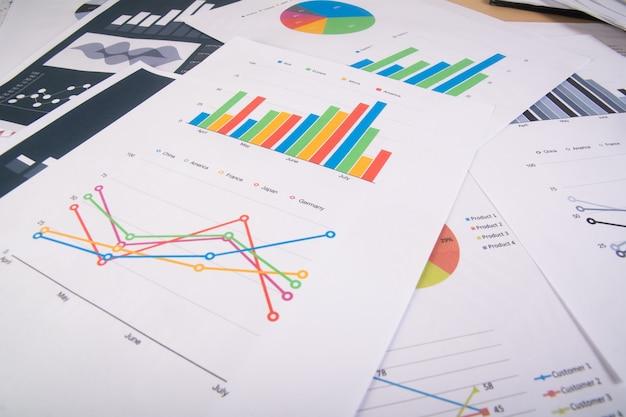 事業報告書。グラフとチャート。ビジネスレポートと文書の山。ビジネスコンセプト。