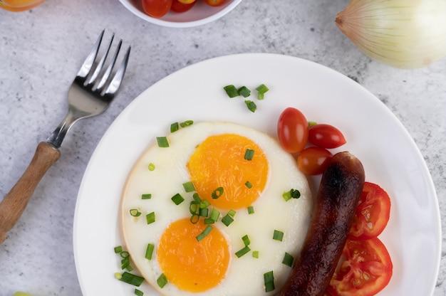 パン、目玉焼き、トマト、中華ソーセージ、キノコで構成される朝食。