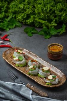 Свежие креветки, пропитанные рыбным соусом, тайская еда.