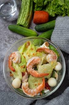 おいしいエビのシーザーエビのサラダ健康食品のコンセプト。