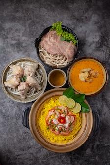カオソイうどんの材料は、鶏肉、豚肉、エビです。