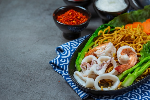 Лапша с морепродуктами, хрустящая лапша, тайская еда