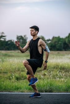 男性はランニングをし、膝を前に持ち上げて運動します。