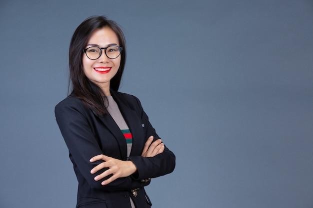 美しい働く女性は、表情や身振りで感情を表現します。