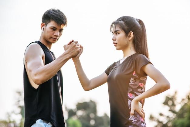 女性と男性は手を伸ばして運動します。