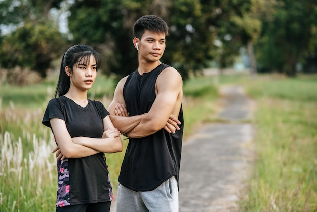 立っている男性と女性、その後腕を組んで運動します。