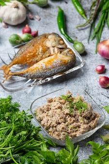 さば唐揚げと野菜セット、タイ料理。