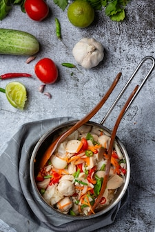 スパイシーなミートボールサラダ、スパイシーなアジア料理。