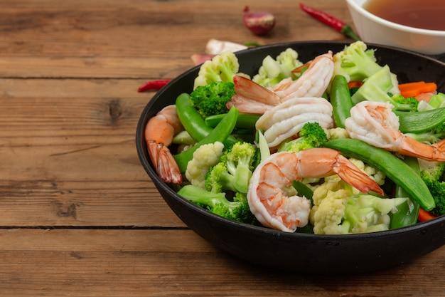 野菜炒めを海老で炒めます。