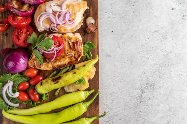 Куриный стейк на деревянный поднос.