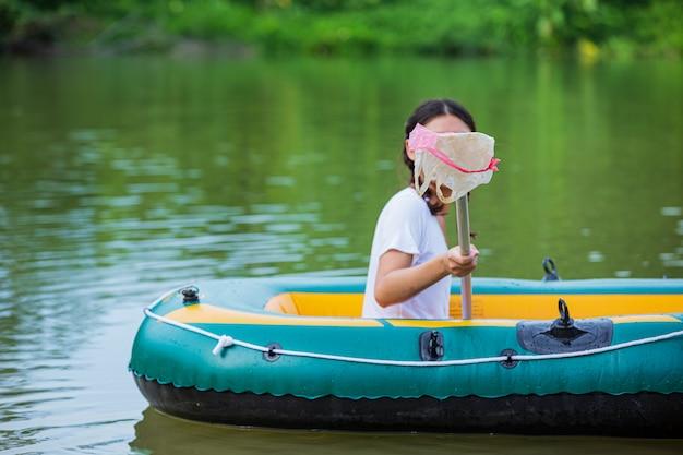 青年は、国立青年の日と世界環境デーの概念である川でゴミを収集します。