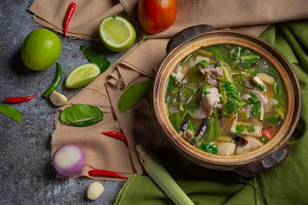 豚骨トムヤムタイ料理、トムヤム豚カルビは食材で飾られています。