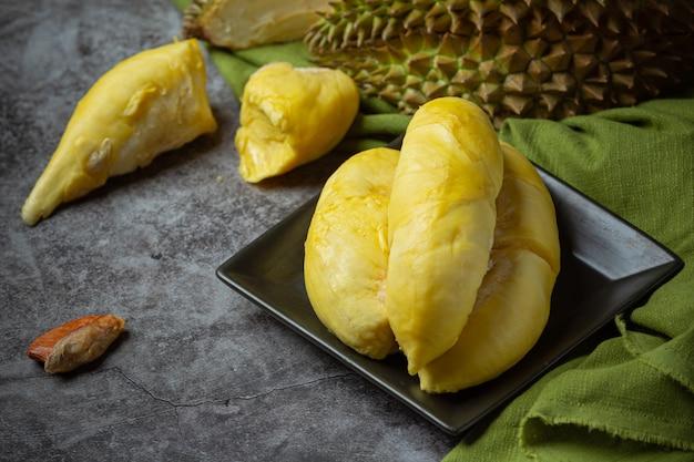 黄金色の黄色いドリアンの肉季節のフルーツタイのフルーツのコンセプト。