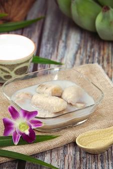 ココナッツミルク、アジアの伝統的なタイのデザート、タイのデザートのバナナ。