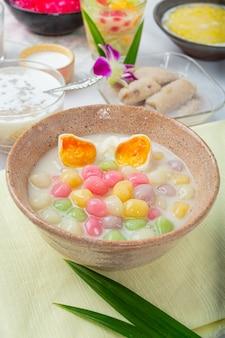 タイのデザートは、ココナッツミルクとパンダンの葉をあしらったディッパーのブアロイボールと呼ばれ、美味しさを高めています。