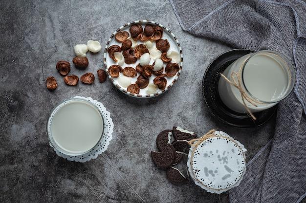朝食用の牛乳と混ぜたシリアル、チョコレート風味のシリアルのボウル。