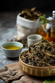 Улун зеленый чай в чайнике и миску.