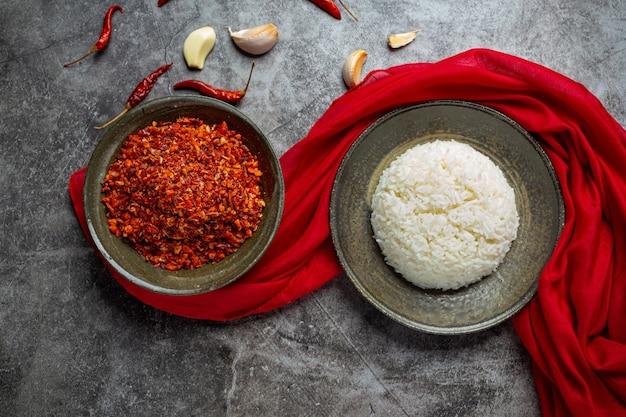 Хрустящая свиная паста, смешанная с красивыми декоративными ингредиентами, тайская еда.