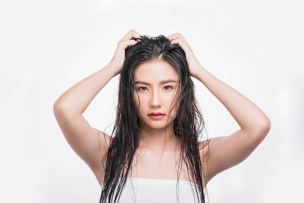美しい、美しい女性が彼女の厄介な髪をキャッチします。