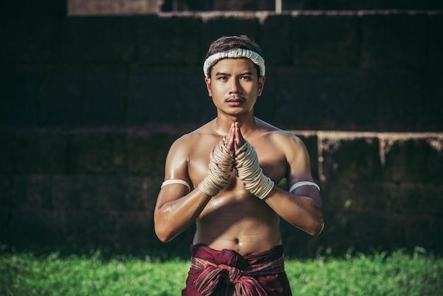 Боксеры связывают веревку руками и руками, чтобы уважать учителя.