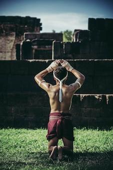 ボクサーはロープを手と手で結び、教師を尊重します。