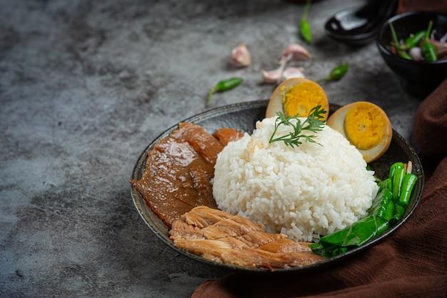 中華豚の煮込みご飯美味しいおかず、タイ料理。