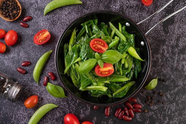 Жареная капуста в устричном соусе на сковороде.