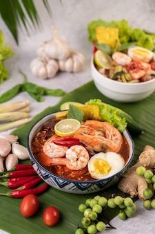 エビとゆで卵のトムヤムヌードル。
