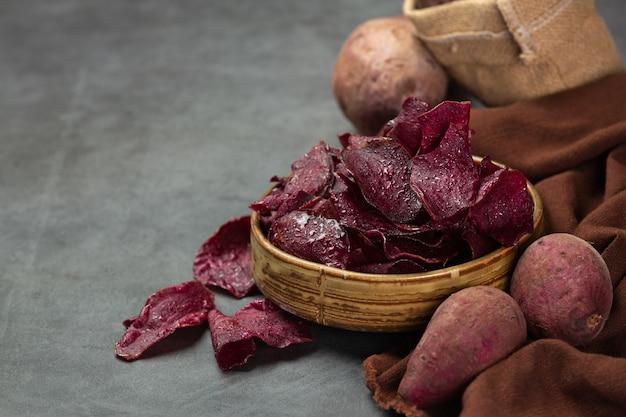 Фиолетовые глянцевые хрустящие листы и фиолетовый глянцевый эффект