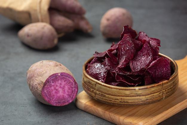 紫色の光沢のあるクリスピーシートと紫色の光沢のある効果