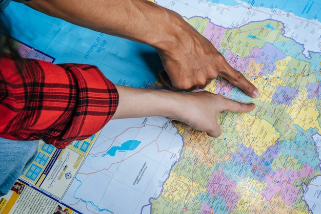Турист указал пальцем на карту.