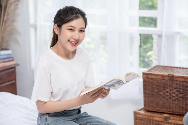 Женщина сидит и читает спальню.