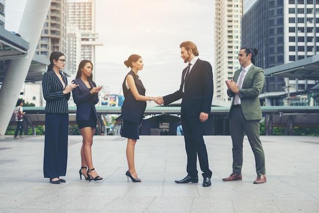 Счастливый деловых людей, рукопожатие. успех в бизнесе.