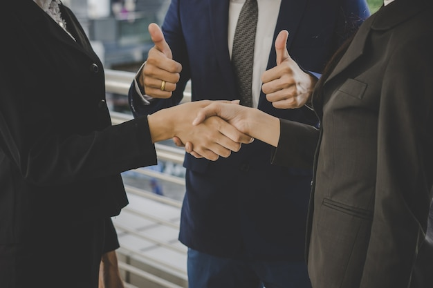 ビジネスの人々は、会議の取引を終了し、握手。ビジネスコンセプト。