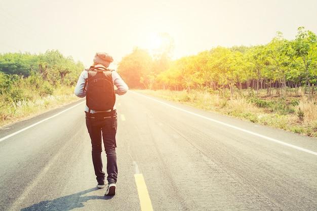 彼女のバックパックを持って歩く若い女性