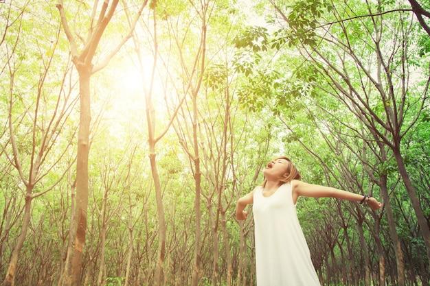 Молодая женщина зияющих в лесу